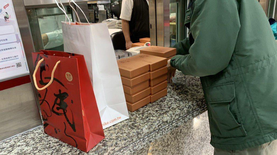 有民眾一口氣買了10多套生肖套幣。圖/仝澤蓉攝影