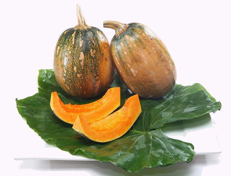 新冠肺炎本土疫情擴大,民眾擔心之餘,營養師建議用食物提升免疫力,形成內在保護力,可多吃富含維生素A的黃色食物如南瓜、地瓜、紅蘿蔔、蛋、番茄,對呼吸道黏膜有保護作用。本報資料照片