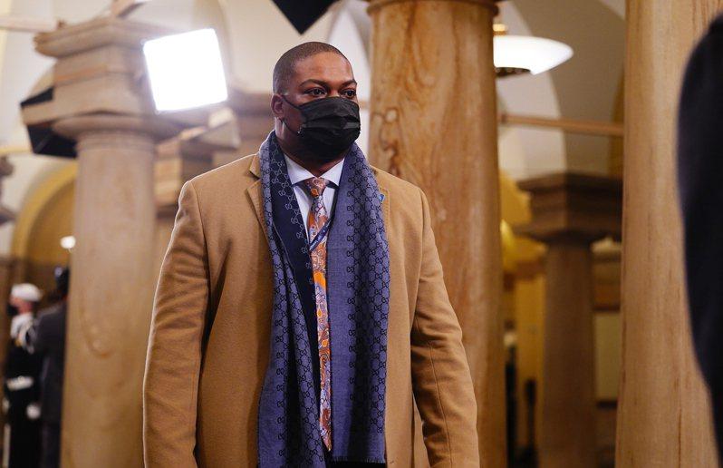 英勇非裔國會警察古德曼在拜登就職典禮上身穿駝色大衣帥氣出場。歐新社