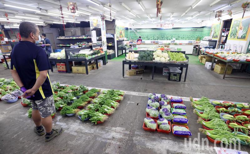 消毒休市兩天後的桃園南門市場今早重新營業,但因民眾仍有顧忌,市場出現從未有過的冷清景象,攤商無言以對。記者杜建重/攝影