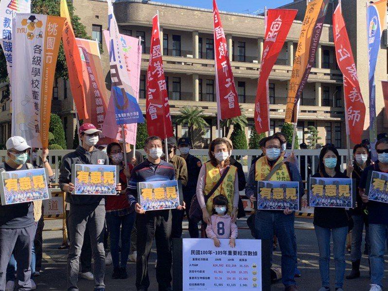 多名教師工會代表今聚集行政院前召開記者會,高喊「沒代表打假球、有代表真審議」的口號。記者趙宥寧/攝影