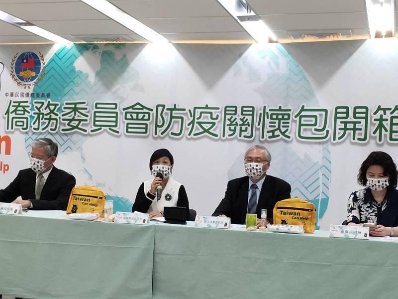 僑委會副委員長徐佳青介紹僑委會製作的防疫關懷包。記者徐偉真/攝影