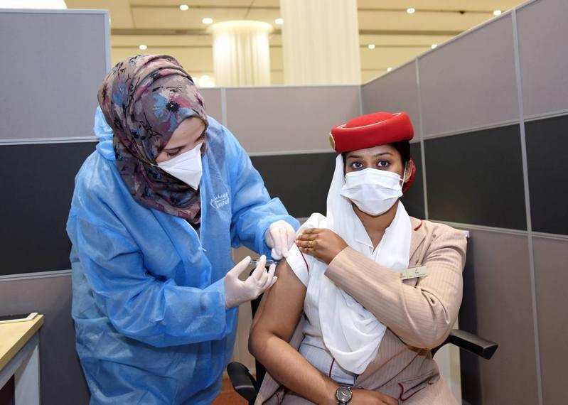 阿聯酋航空集團自1月18日早上起,為集團旗下駐阿拉伯聯合大公國的員工實施新冠肺炎疫苗接種計畫。 圖/阿聯酋航空提供