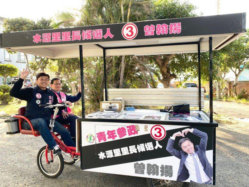 最近曾翰揚騎著特製的三輪車熱情邀民眾品嚐美味咖啡,吸引許多鄉親朋友駐足圍觀。圖/民進黨新竹市黨部提供