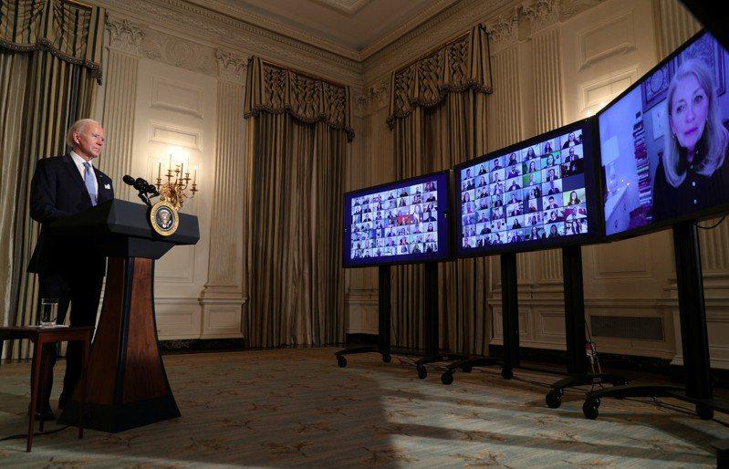 拜登在國會山莊宣誓就任成為美國第46任總統後,透過視訊向近1000名被任命官員進行宣誓儀式,他強調過去四年「誠懇待人」已蕩然無存,並要對此進行改革。路透