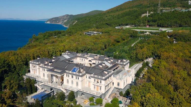 調查紀錄片稱普亭豪宅為「全球最貴宮殿」,佔地面積約1萬7691平方公尺。截自Yo...