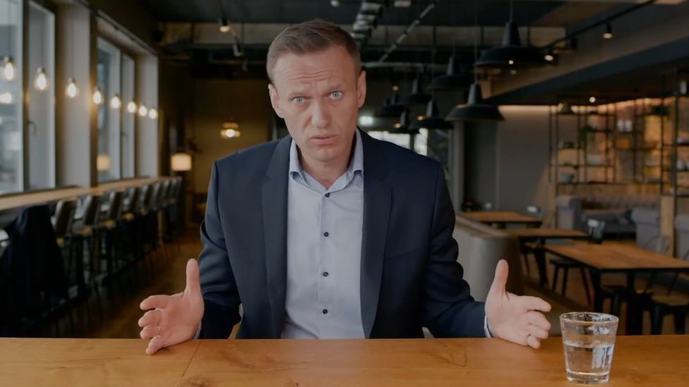 俄羅斯反對派領袖納瓦尼在返國前與團隊製作調查普亭豪宅的紀錄片。截自YouTube