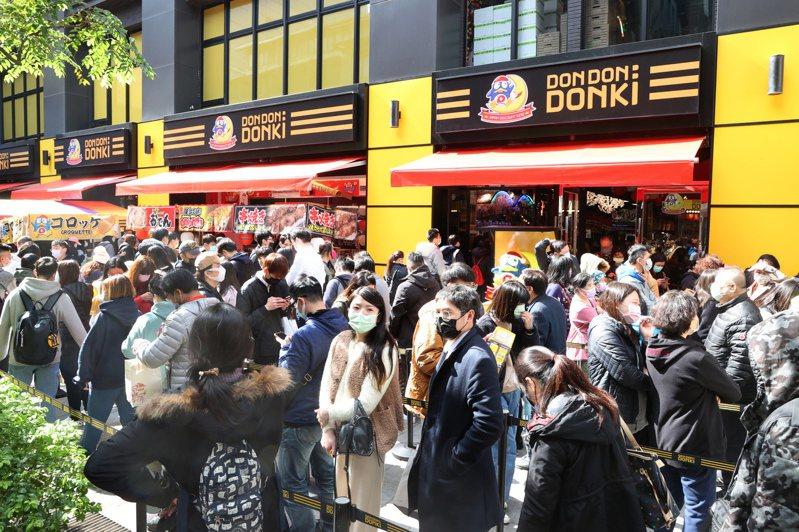 唐吉訶德西門店為管理排隊人潮設置紅龍。 聯合報系資料照片/記者蘇健忠攝影