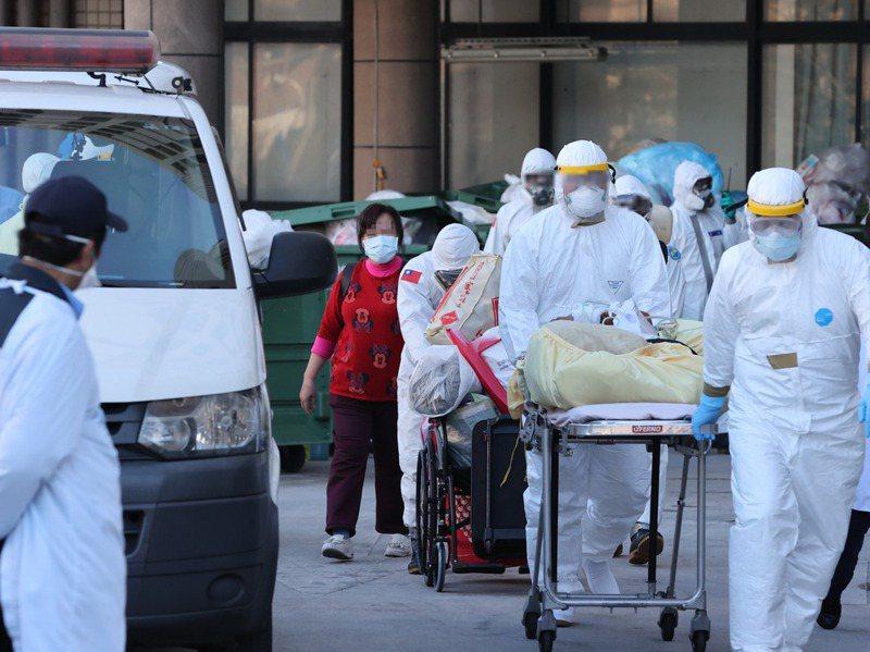 陳時中坦言,部桃醫院院內感染,讓台灣面臨從去年防疫至今最大挑戰。圖為部桃執行清空作業。圖/聯合報系資料照片