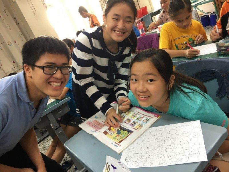 劉尚之Andrew Liu(左)於2017至2018年,在高雄市陽明國小、獅湖國小擔任英語教學助理。圖/高雄市教育局提供