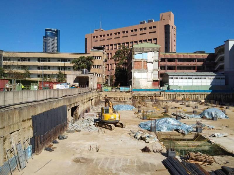 基隆市信義國小地下停車場工程,目前進度略微超前,預計明年3月間完工。記者邱瑞杰/攝影
