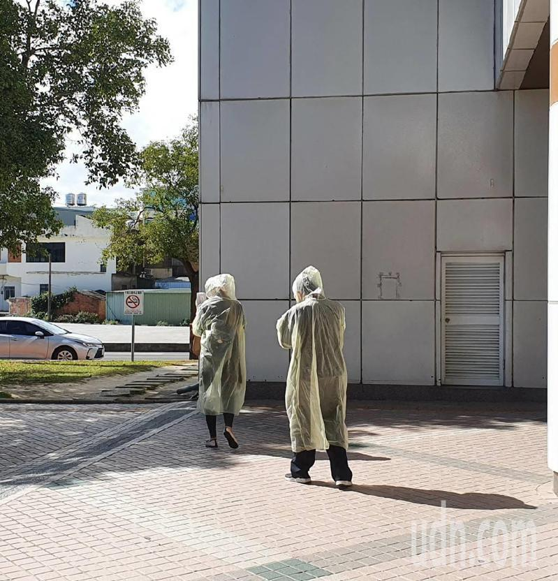 記者今天直擊,有回診民眾身穿輕便雨衣,更配戴護目鏡走出醫院,直呼「覺得醫院很可怕」。記者陳夢茹/攝影