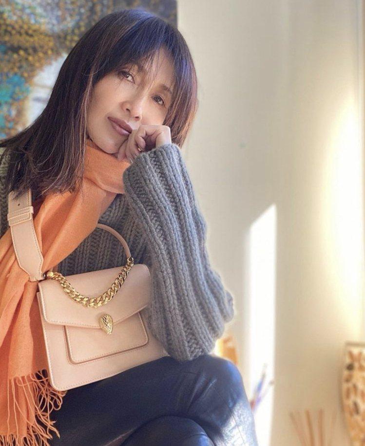 日本女歌手工藤靜香拎BVLGARI Serpenti Forever Maxi ...