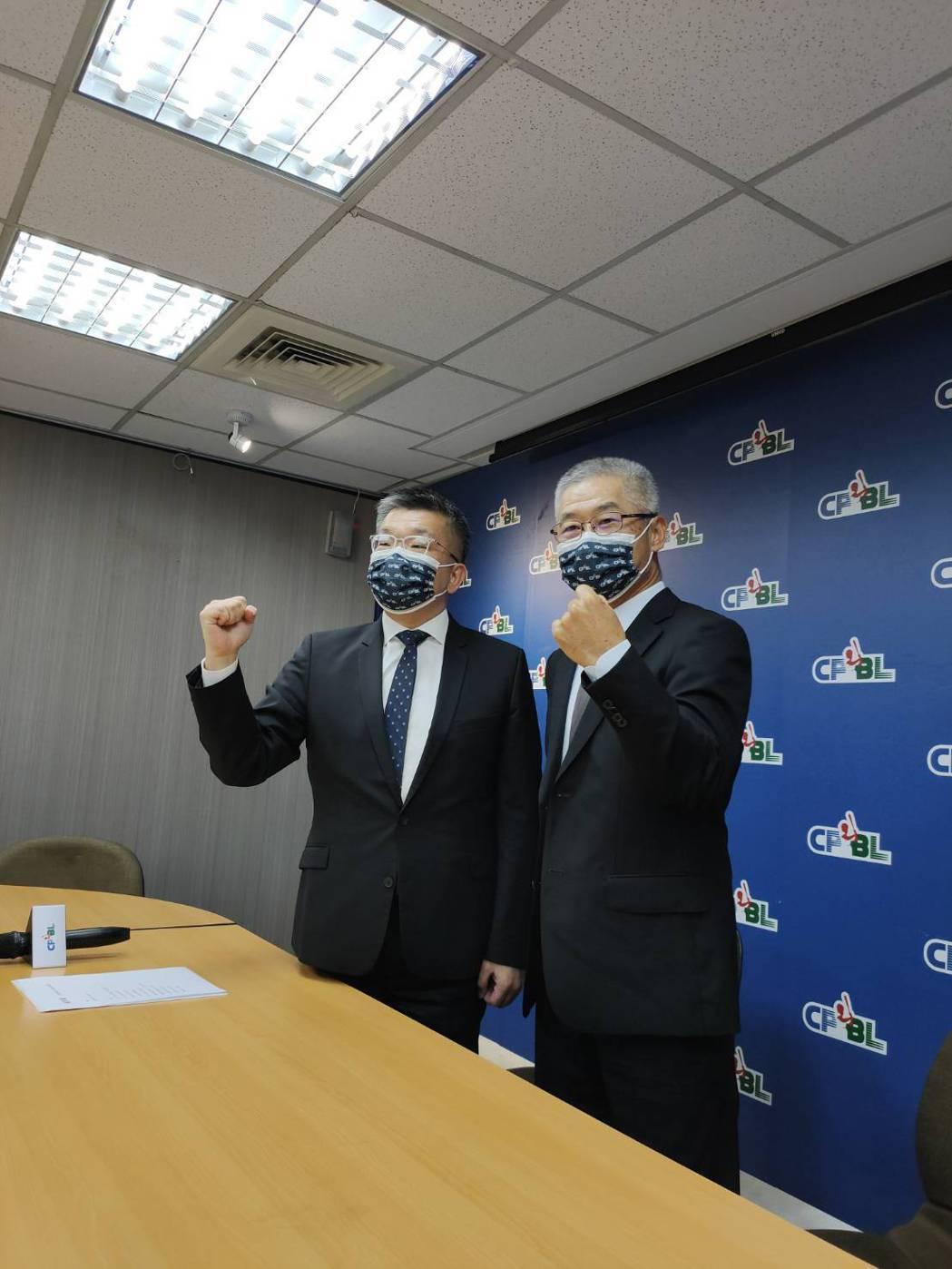 中職會長蔡其昌(左)和秘書長楊清瓏合影。記者婁靖平/攝影