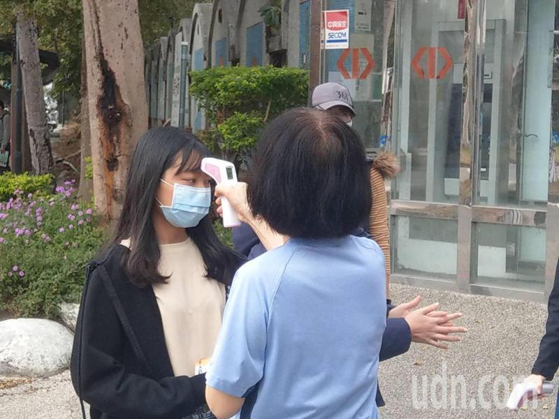 只要體溫有發燒,禁止入考場,只能在校外看考場圖。記者尤聰光/攝影