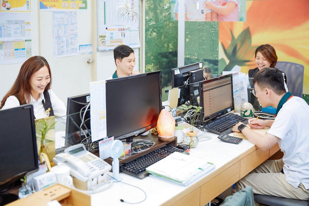 信義房屋天母美校店店長吳曉芳(圖右上)曾為飯店業者。圖/信義房屋