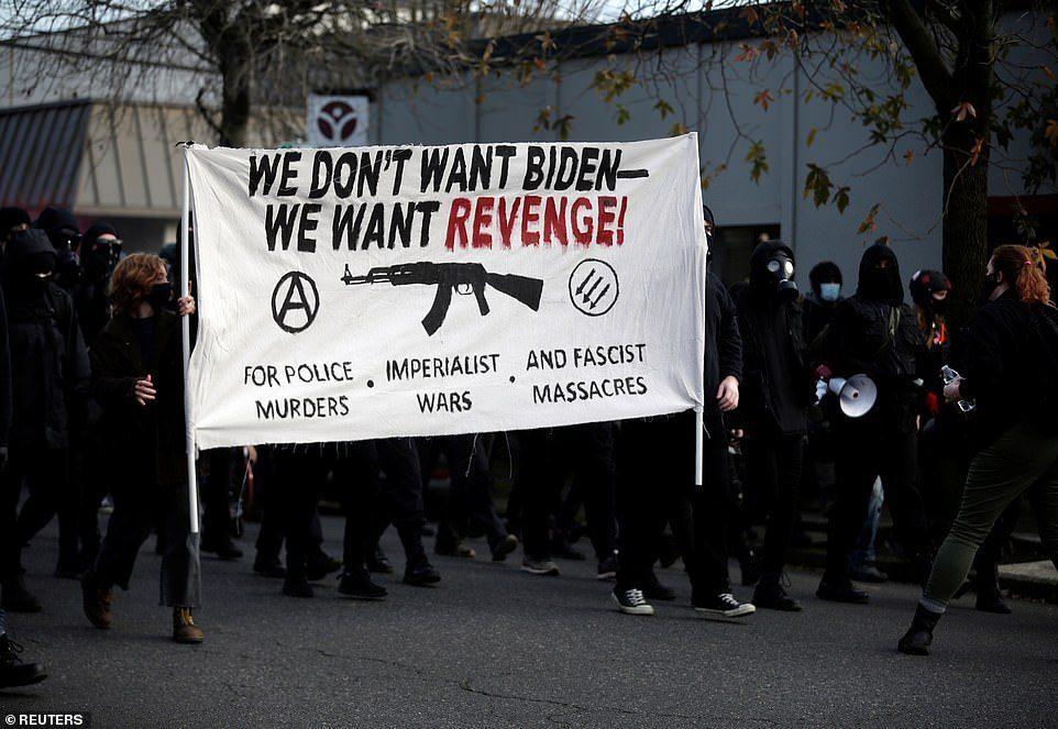 20日,約有200名示威者走上波特蘭街頭,舉出反拜登和警察的標語「我們不要拜登,...
