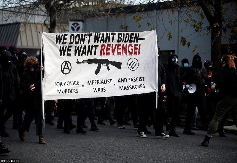 20日,約有200名示威者走上波特蘭街頭,舉出反拜登和警察的標語「我們不要拜登,我們要復仇」。路透