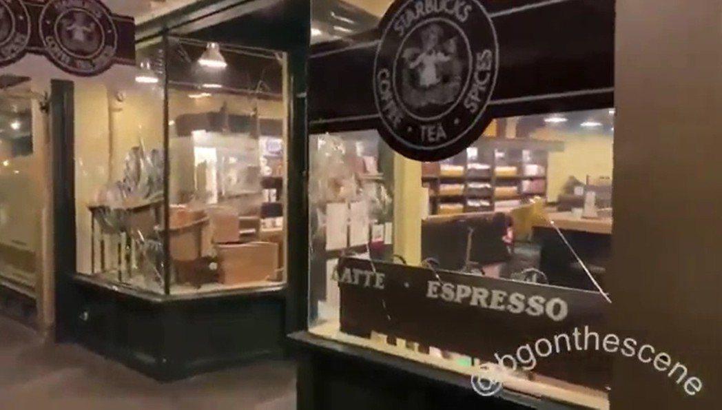 西雅圖派克市場內的星巴克創始店也被示威群眾砸窗破壞。路透