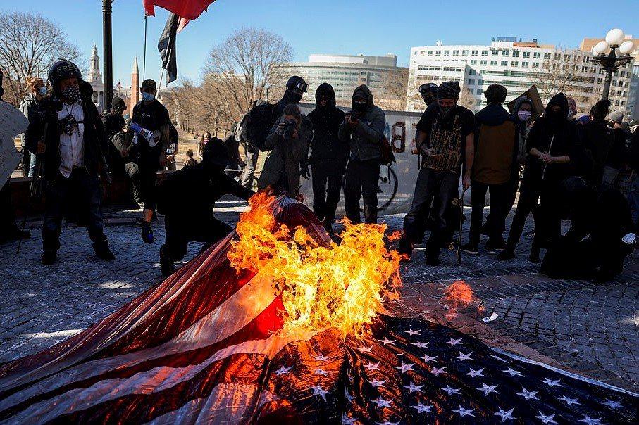 丹佛市有約百名極左派示威者和「黑人命是命」支持者上街,前往科羅拉多州議會大廈抗議...