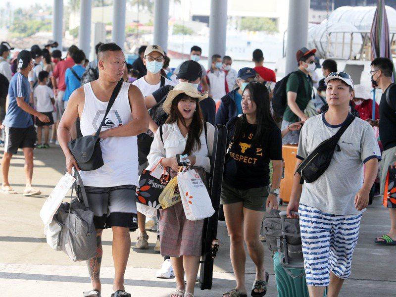 去年中秋連假往小琉球旅客。圖/聯合報系資料照片