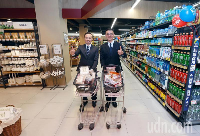 無印良品即日進駐全聯福利中心開店中店,全聯總經理蔡篤昌(右)與無印良品總經理梁益嘉(左)兩人下午聯手剪綵,未來消費者逛一家店可以買雙方的產品。記者鄭超文/攝影