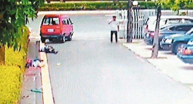 男子洪當興(右白衣者)開車撞輾妻子與律師,兩人死亡。圖/聯合報系資料照