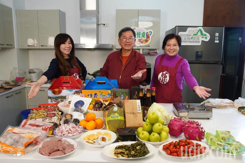 嘉義縣農會總幹事黃貞瑜(左)與母親李秀美(右)、 立委陳明文(中)共同行銷18鄉鎮市年菜料理食材農漁產水果。圖/嘉縣農會提供