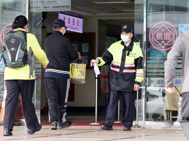 部立桃醫院群聚感染事件發生後,連帶讓防疫保單再度熱銷。圖/聯合報系資料照片