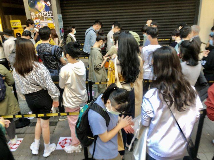 不少人排隊等帶進場,現場已經不發放入場手環。記者鍾維軒/攝影