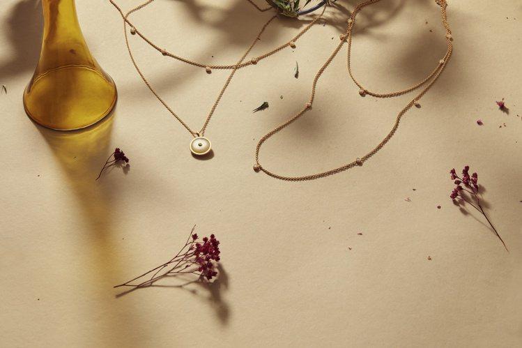 DE BEERS Enchanted Lotus系列以晨光下的蓮花花瓣輪廓為靈感...