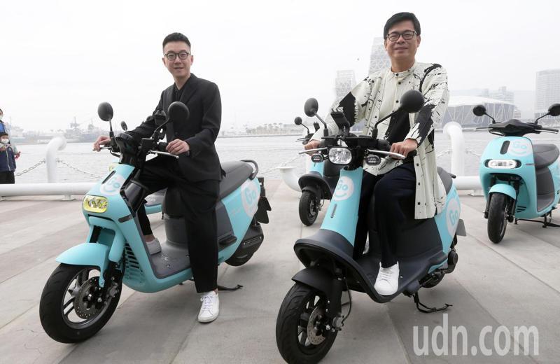 高雄市長陳其邁(右)騎上GoShare機車穿梭街頭,他表示以共享服務搭配大眾運輸,讓市民與旅客隨時選擇最適合的代步方式。記者劉學聖/攝影