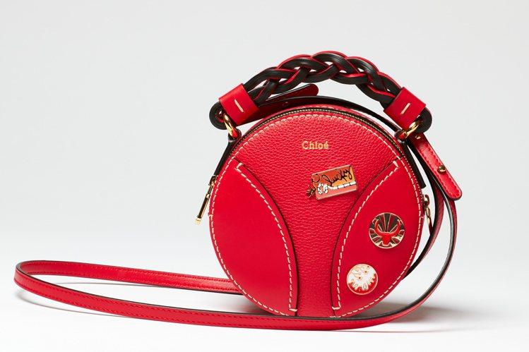 Chloé農曆新年限量款Daria紅色徽章迷你小圓包,38,600元。圖/Chl...