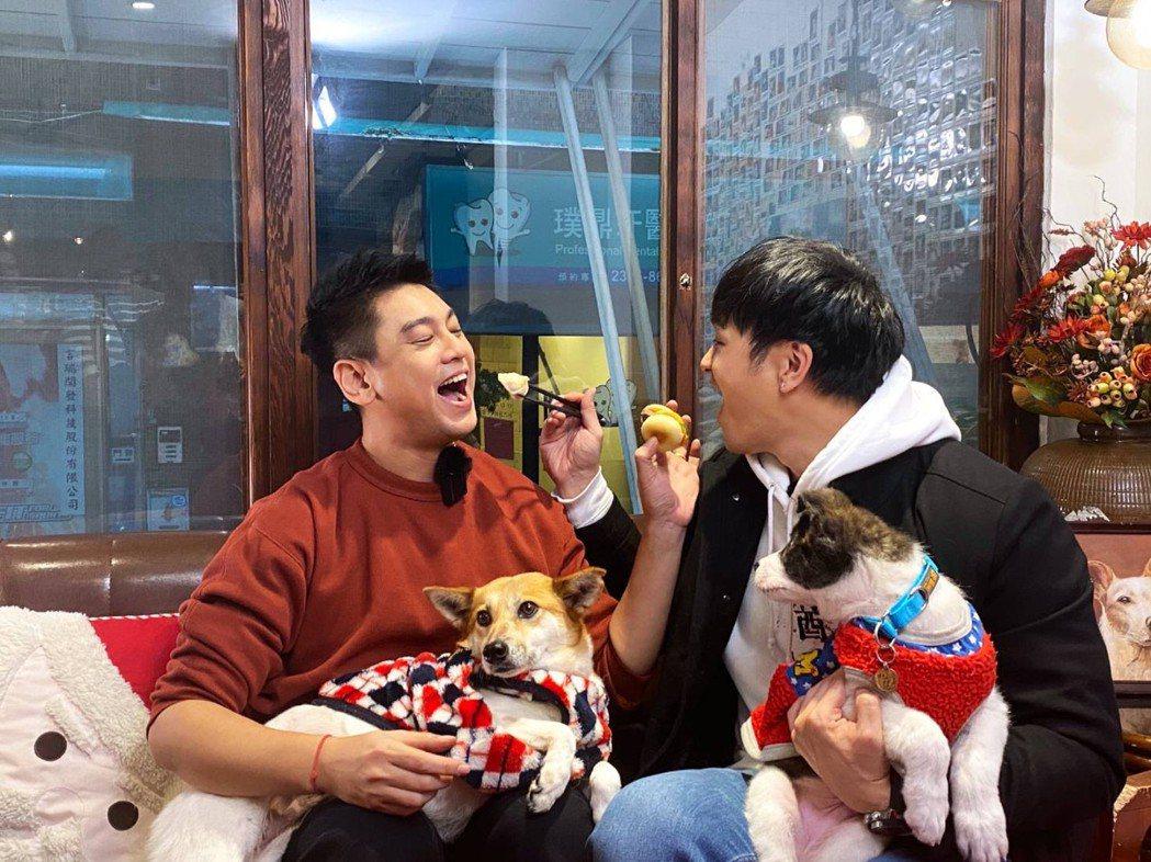 朱孝天(左)和廚師佛瑞德互餵狗食。圖/NNY network提供
