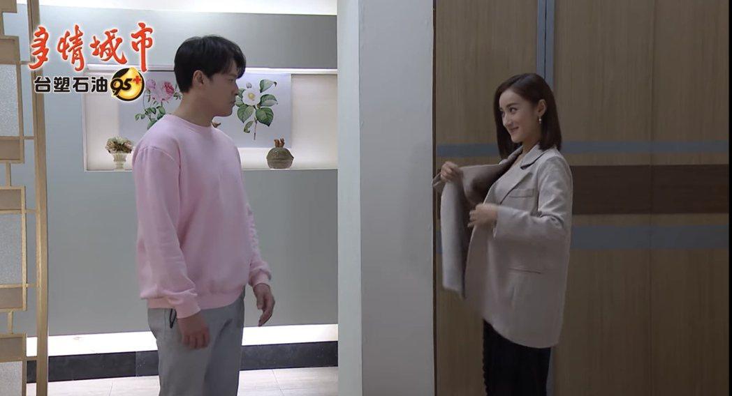 夏宇禾(右)在「多情城市」中扮演小三「Carol」,戲裡與人夫黃文星偷情作風十分...
