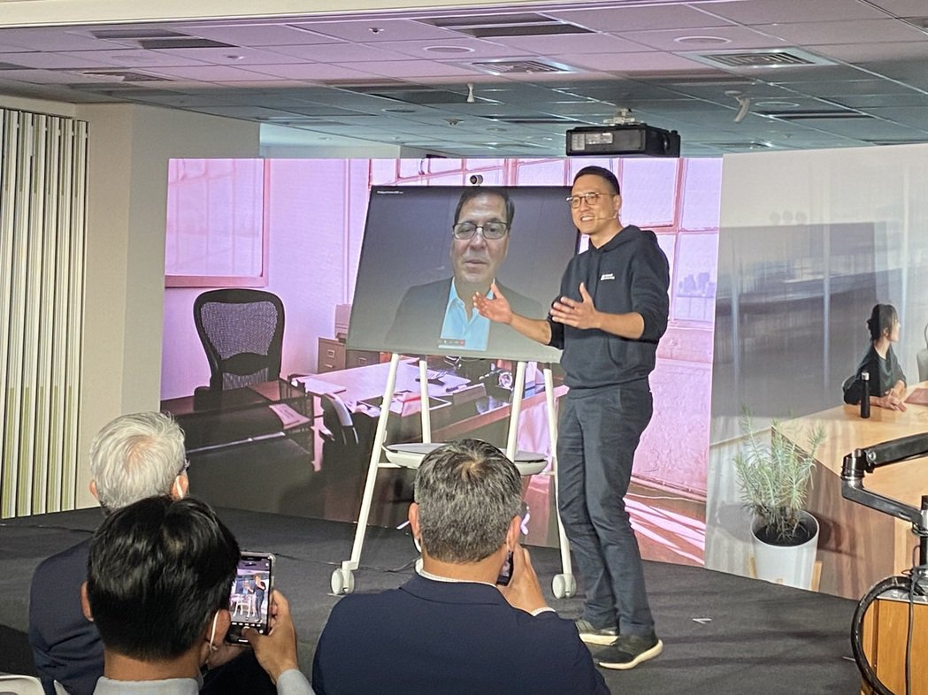 台灣微軟總經理孫基康示範Surface Hub 2S視訊功能。 記者康陳剛/攝影