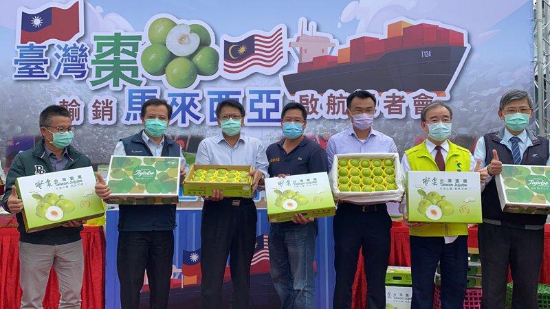 屏東縣長潘孟安(左三)、農委會主委陳吉仲(右三)等人今下午參與封櫃儀式,見證屏東蜜棗外銷馬來西亞。記者劉星君/攝影