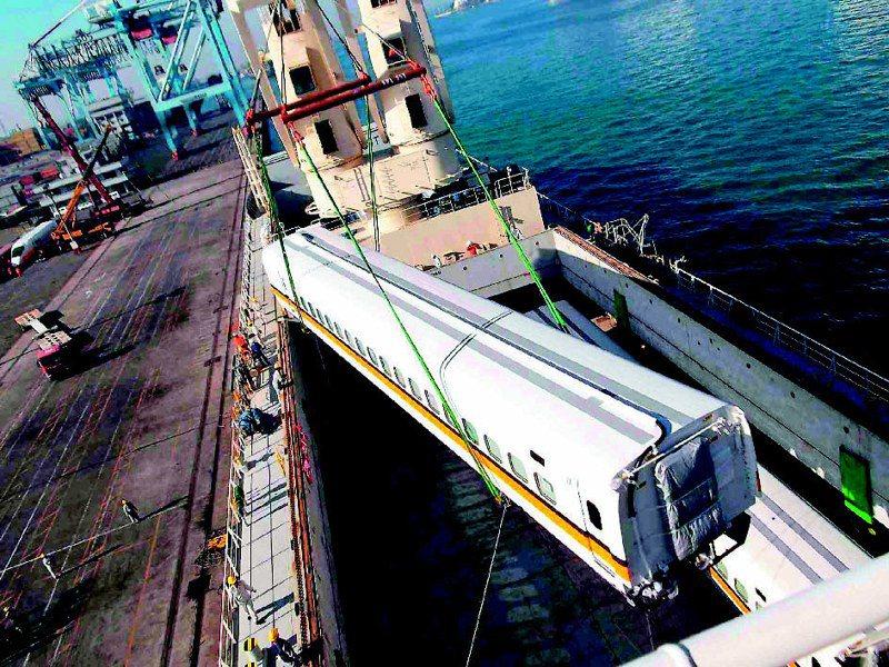台灣高鐵擬新購列車,日商卻開出一組列車50億元價格,高鐵公司決議廢標,以後要跟日方「打持久戰」,圖為6年前高鐵列車運抵高雄港。圖/高鐵提供