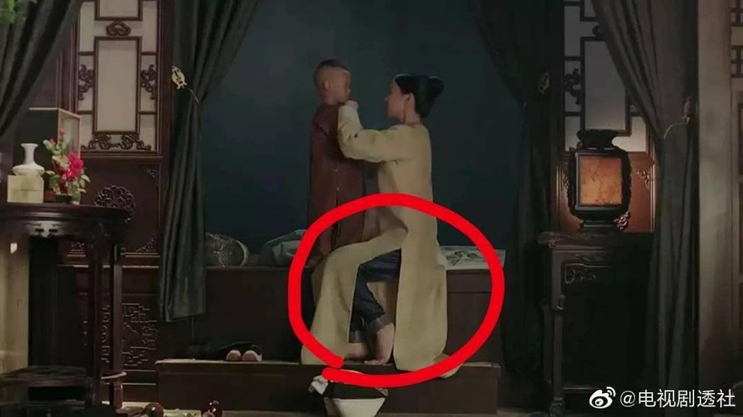 佘詩曼在「延禧攻略」中疑似穿牛仔褲,隨後澄清是正式戲服。圖/摘自微博