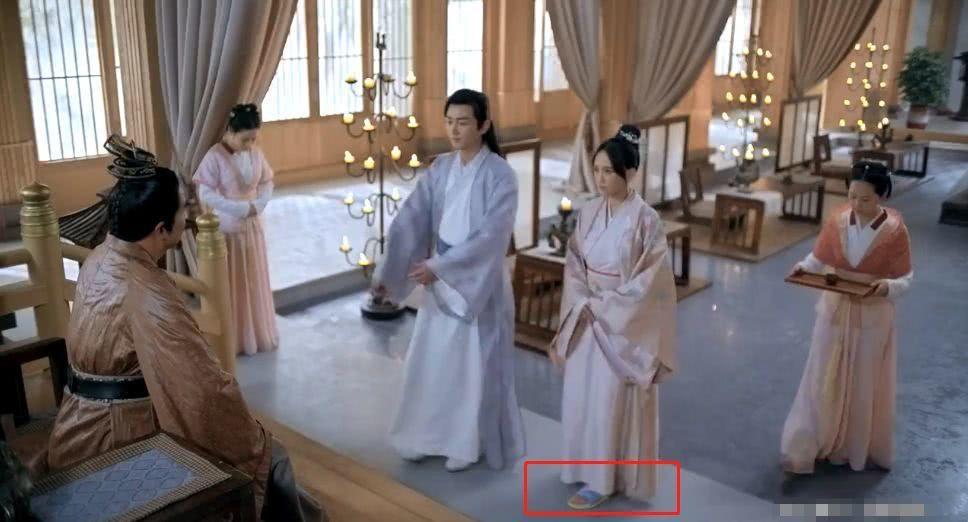 陳喬恩「獨孤皇后」穿塑膠拖鞋被抓包。圖/摘自微博