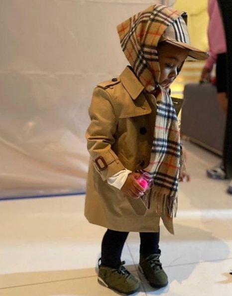 Cardi B女兒穿著BURBERRY。圖/取自IG