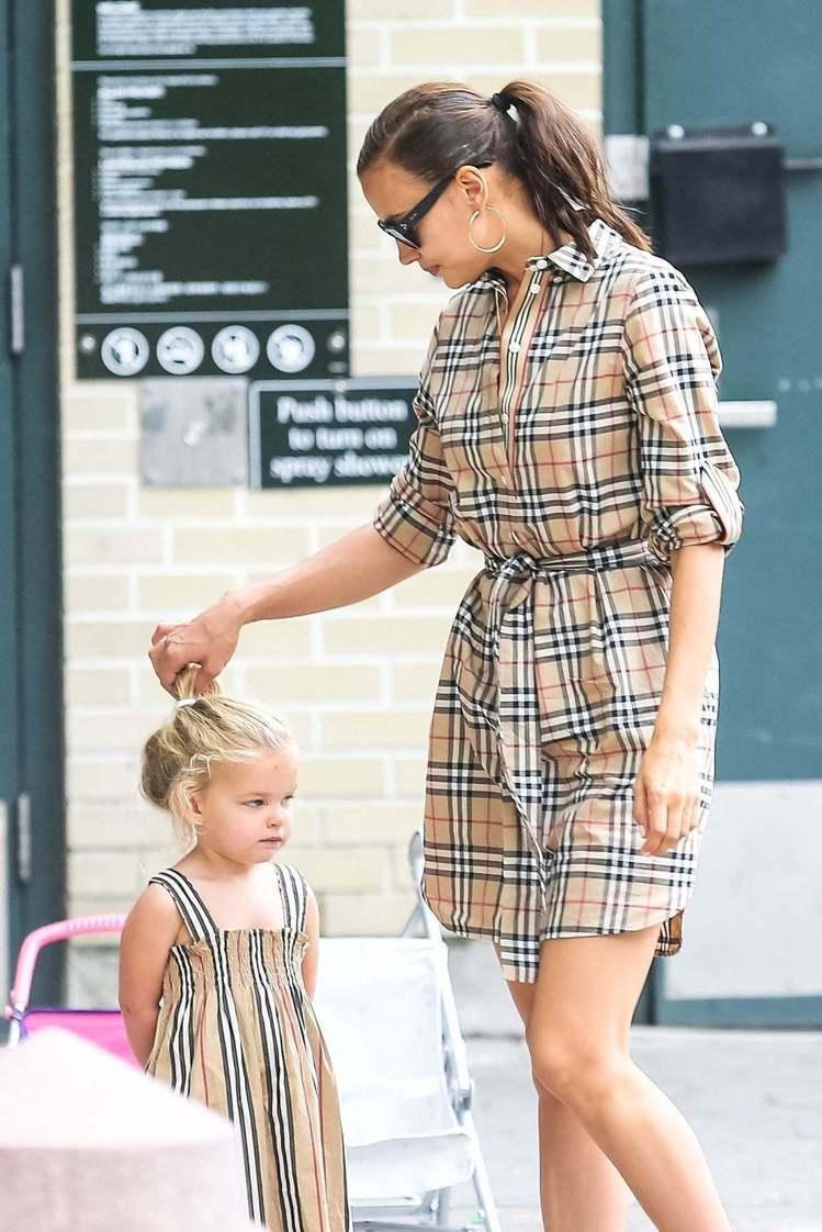 Irina Shayk和女兒Lea一起穿BURBERRY母女裝。圖/取自holl...