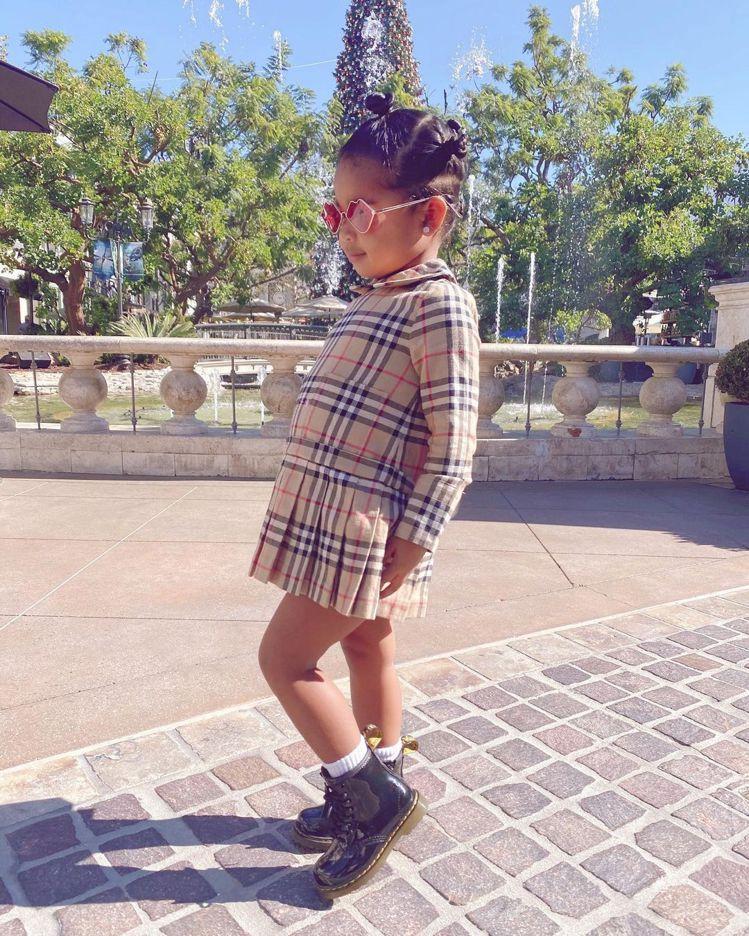 科勒卡戴珊女兒True身穿BURBERRY童裝。圖/取自IG