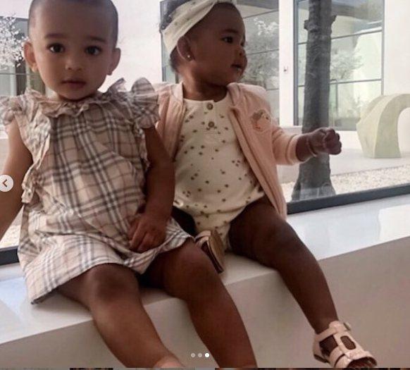金卡戴珊的女兒Chicago和科勒卡戴珊女兒True都身穿BURBERRY童裝。...