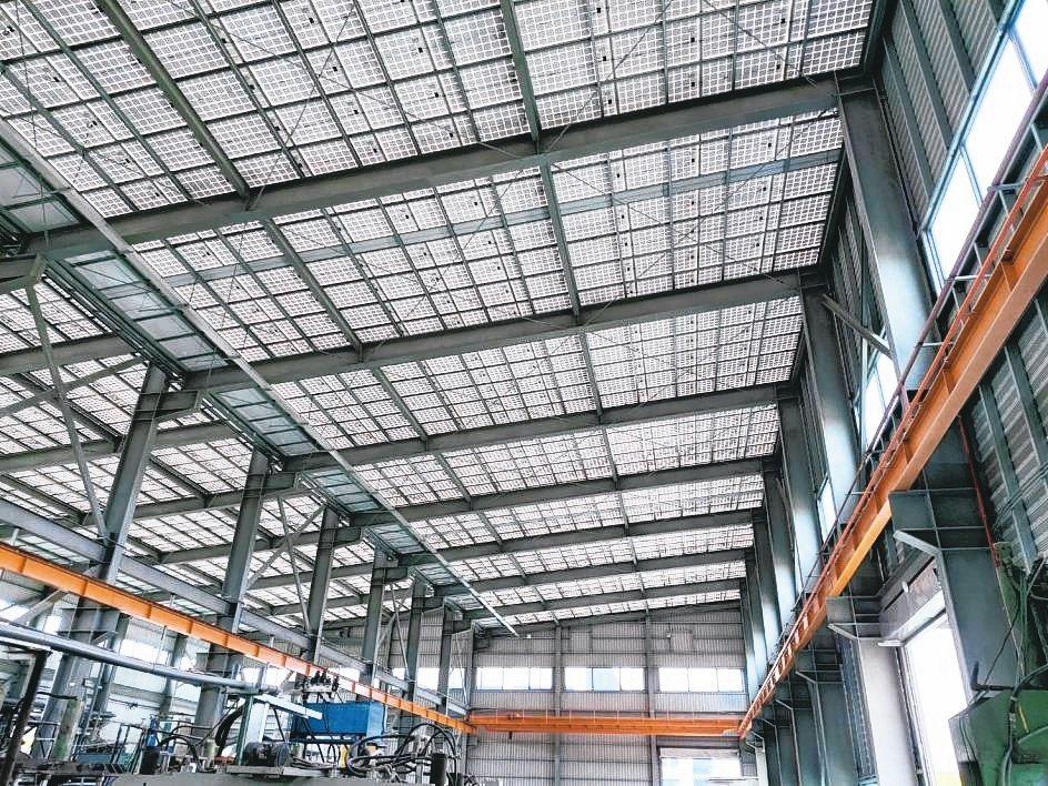 冠旭新廠房使用自有專利CPS屋頂無浪板太陽能支架,發電效益高,廠內明亮不漏水。...