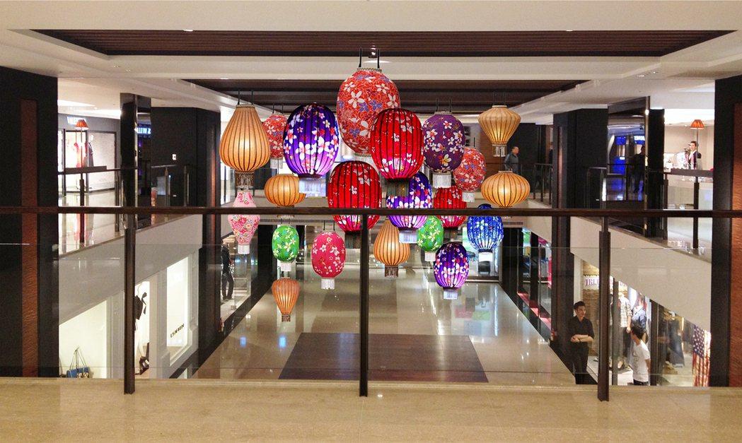 台北晶華為迎接牛年到來,透過大型的華麗燈籠營造出濃厚的節慶氛圍 。台北晶華/提供