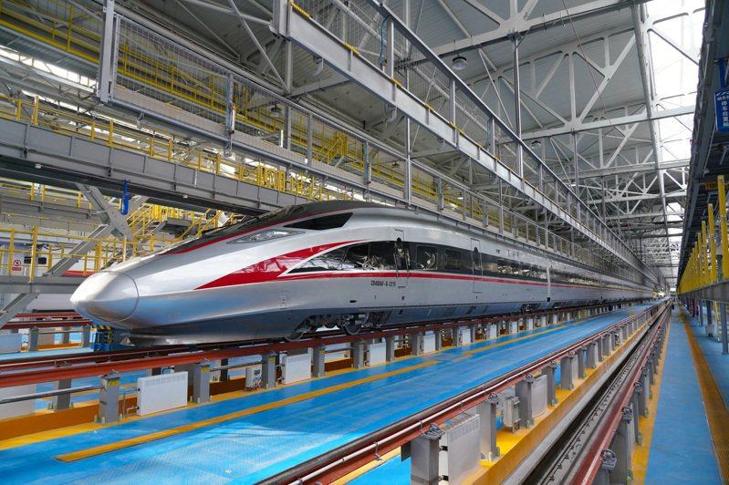 時速350公里復興號高寒動車組首次在北京動車段朝陽動車運用所亮相,有望在高寒地區京哈高鐵上線運營。(新華社)