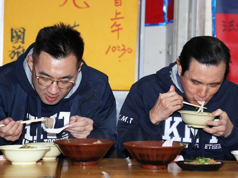 前總統馬英九(右)與黨主席江啟臣(左)享用台灣豬肝與豬肉烹煮的麵食,呼籲全民支持台灣豬。圖/聯合報系資料照片