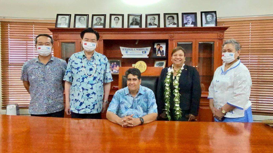 吳釗燮(左二)拜會帛琉新任總統惠恕仁。圖/外交部提供