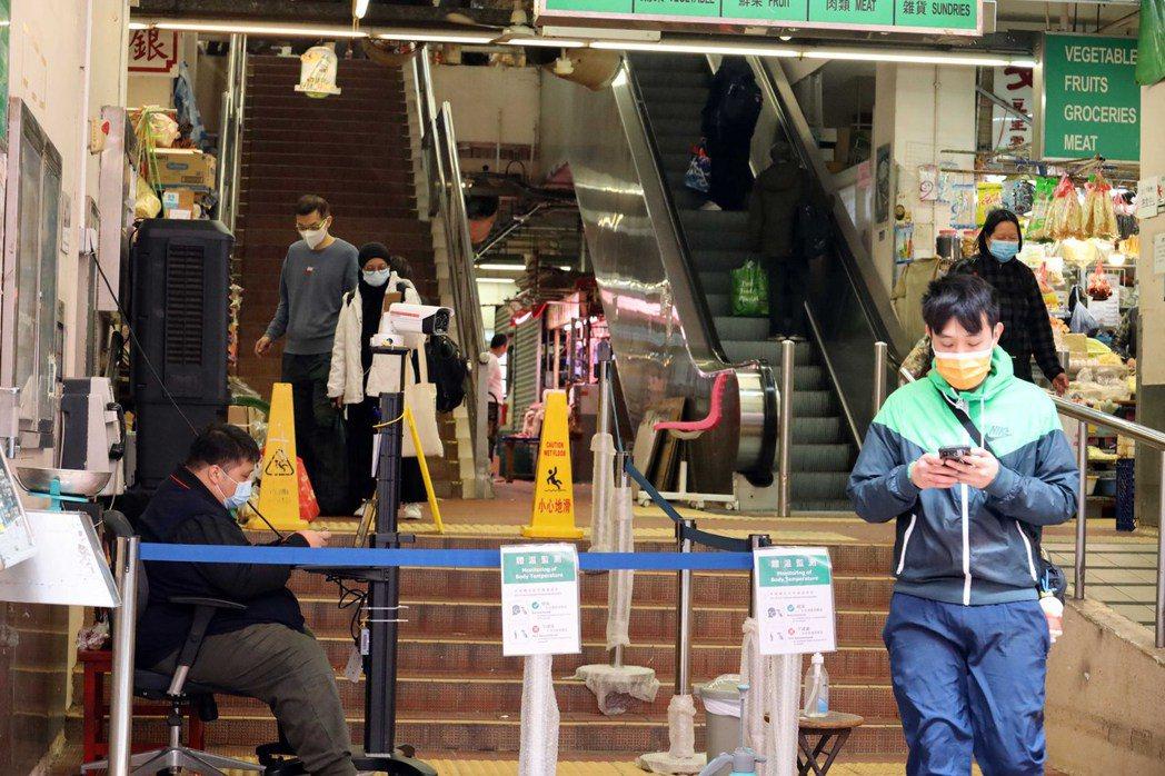 香港疫情嚴重之下,香港人抑鬱者大增,抑鬱指數再創新高。圖為灣仔街市。(香港中通社...